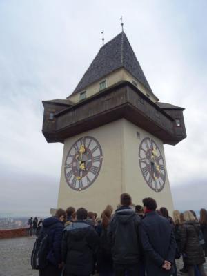 Klasičari ispred prepoznatljivoga Uhrturma, simbola grada Graza.